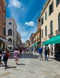 Gente en la calle en Venecia, Italia Fotografía de archivo