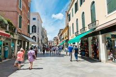 Gente en la calle en Venecia, Italia Foto de archivo libre de regalías