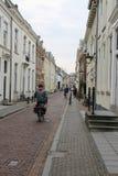 Gente en la calle estrecha en el centro histórico de Utrecht, la N imágenes de archivo libres de regalías