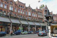 Gente en la calle pintoresca en el centro histórico de Amsterdam fotos de archivo