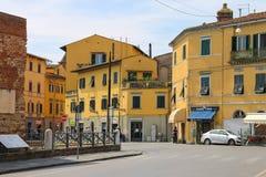 Gente en la calle pintoresca en el centro histórico de Pisa imagenes de archivo