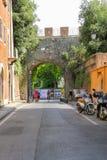Gente en la calle pintoresca en el centro histórico de Pisa, Italia foto de archivo