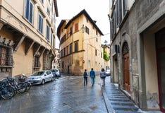 Gente en la calle vía el dell Anguillara en Florencia Foto de archivo