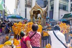 Gente en la capilla de Erawan en Bangkok, Tailandia Imagen de archivo libre de regalías