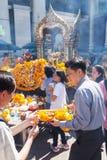 Gente en la capilla de Erawan en Bangkok, Tailandia Fotos de archivo libres de regalías