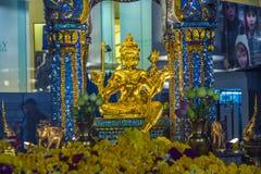 Gente en la capilla famosa de Erawan en Bangkok Fotografía de archivo
