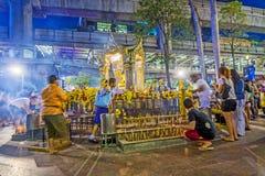 Gente en la capilla famosa de Erawan en Bangkok Imágenes de archivo libres de regalías