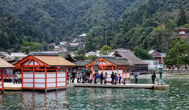 Gente en la capilla sintoísta de Itsukushima en la isla de Miyajima, Japón Fotos de archivo libres de regalías