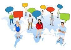 Gente en la cartografía con las burbujas del discurso Fotos de archivo