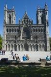 Gente en la catedral Strondheim de Nidaros Imagen de archivo libre de regalías