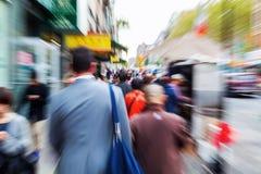 Gente en la ciudad con efecto creativo del enfoque imagen de archivo