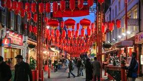 Gente en la ciudad de China adornada por las linternas chinas Fotografía de archivo