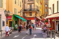 Gente en la ciudad vieja de Niza, Francia imagenes de archivo