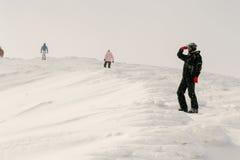 Gente en la colina Foto de archivo libre de regalías