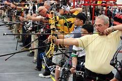 Gente en la competencia del tiro al arco Foto de archivo libre de regalías