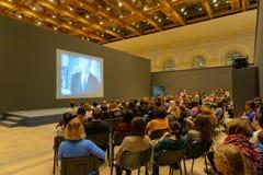 Gente en la conferencia de la historia que escucha y que mira la pantalla Visi?n posterior Composici?n horizontal de la imagen fotos de archivo libres de regalías