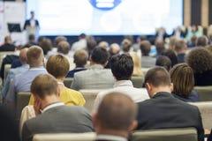 Gente en la conferencia que escucha el conferenciante Visión posterior foto de archivo libre de regalías