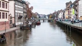 Gente en la costa del río enfermo en Estrasburgo foto de archivo