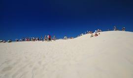 Gente en la duna Fotos de archivo libres de regalías