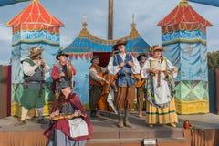 Gente en la ejecución medieval de los trajes Imagen de archivo