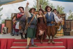 Gente en la ejecución medieval de los trajes Imagen de archivo libre de regalías