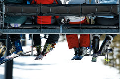 Gente en la elevación de esquí imagen de archivo libre de regalías
