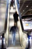 Gente en la escalera móvil Imagen de archivo