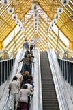 Gente en la escalera móvil Fotografía de archivo