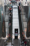 Gente en la escalera móvil Fotos de archivo