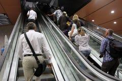 """Gente en la escalera móvil en una salida de la estación de metro en †de Sofía, Bulgaria """"24 de julio de 2012 Fotografía de archivo"""