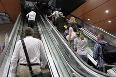 """Gente en la escalera móvil en una salida de la estación de metro en †de Sofía, Bulgaria """"24 de julio de 2012 Foto de archivo libre de regalías"""