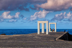 Gente en la escultura de Tensei Tenmoku, Garachico, Tenerife, balneario Imagen de archivo