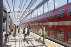 Gente en la estación de tren en Netanya, Israel Fotos de archivo libres de regalías