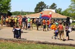 Gente en la estación naval Memphis Navy Mud Run. Imagenes de archivo