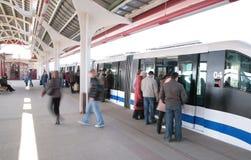 Gente en la estación del monocarril Fotografía de archivo