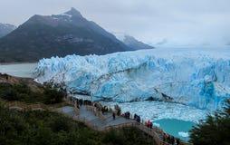 Gente en la excursión en el glaciar Perito Moreno en la Patagonia, la Argentina imagenes de archivo