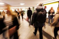 Gente en la falta de definición de movimiento en una estación de metro Foto de archivo libre de regalías