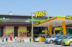 Gente en la gasolinera de ABC, Finlandia Fotografía de archivo