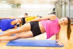 Gente en la gimnasia Foto de archivo libre de regalías