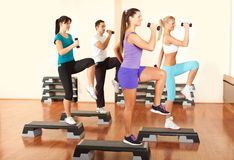 Gente en la gimnasia que ejercita con pesas de gimnasia Fotografía de archivo
