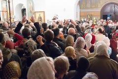Gente en la iglesia Imagen de archivo libre de regalías
