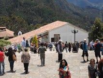 Gente en la iglesia de la montaña de Monserrate. Fotografía de archivo libre de regalías