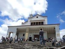 Gente en la iglesia de la montaña de Monserrate. Fotos de archivo libres de regalías