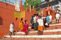 Gente en la India en la calle de Varanasi Imagen de archivo libre de regalías