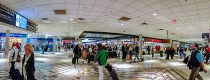 Gente en la intersección de dos pasillos dentro del aeropuerto internacional de Atlanta Foto de archivo libre de regalías