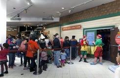 Gente en la línea para visitar Papá Noel dentro de Macy en NYC Fotografía de archivo
