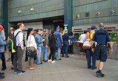 Gente en la línea tarjeta de compra del metro para la máquina expendedora Metrocard del MTA del subterráneo de NYC imagen de archivo libre de regalías