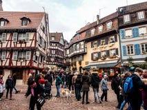 Gente en la Navidad y el festival del Año Nuevo en la ciudad vieja de Colmar Imagen de archivo
