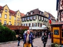 Gente en la Navidad y el festival del Año Nuevo en la ciudad vieja de Colmar Foto de archivo libre de regalías