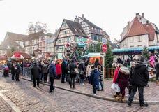 Gente en la Navidad y el festival del Año Nuevo en la ciudad vieja de Colmar Imágenes de archivo libres de regalías